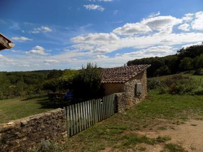 lot, dans un petit hameau au calme, tr�s belle vue, charmante maison en pierres