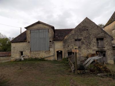 Dans un hameau, grange de 140 m² sur 2 niveaux SALVIAC